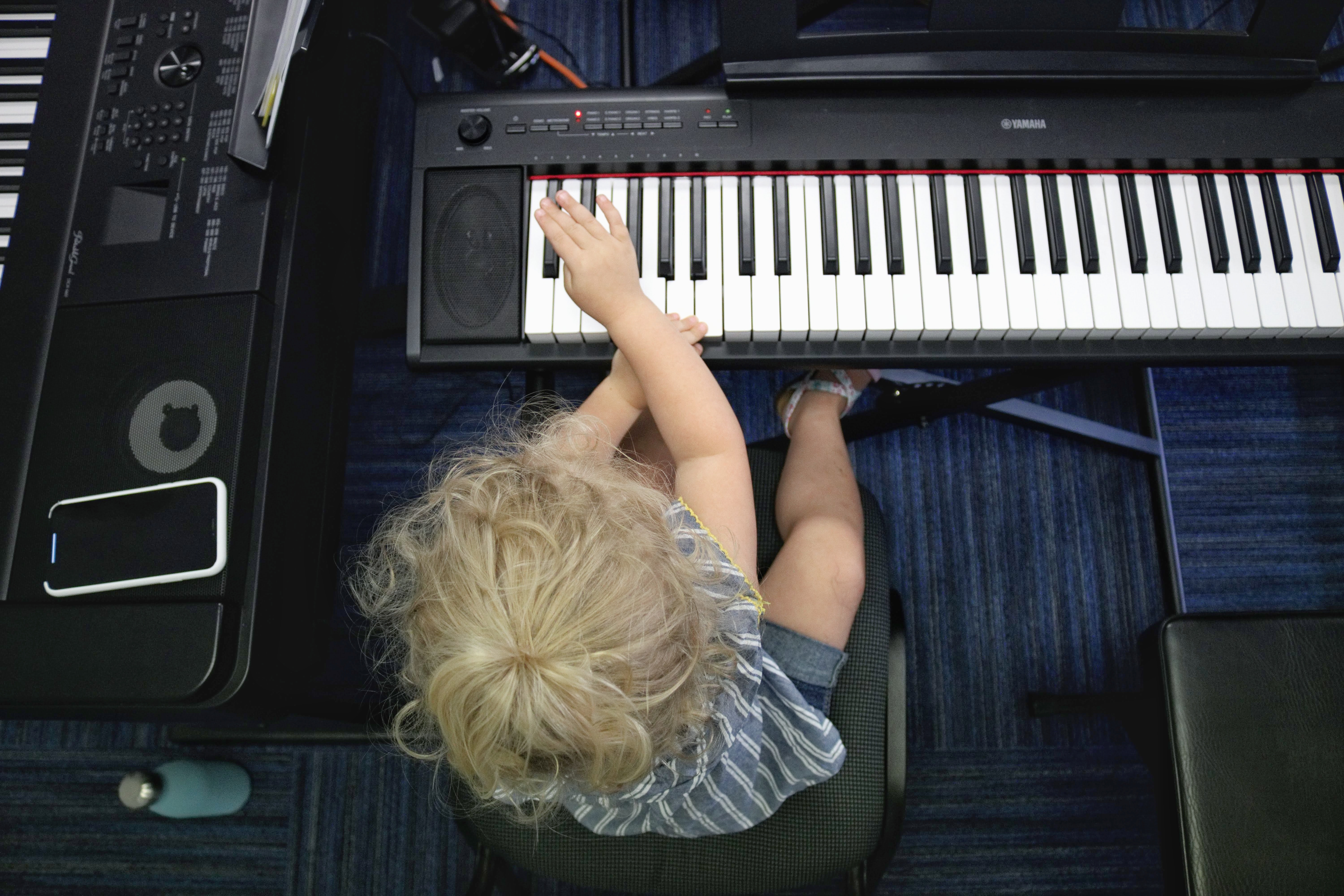 child playing the keyboard